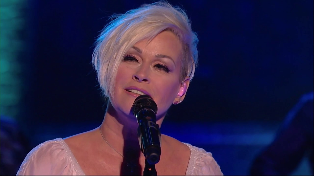 """lorrie morgan performs """"the end of the world"""" 