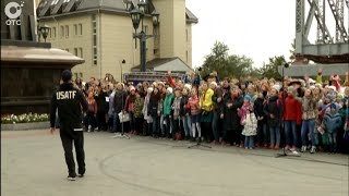 Сотни новосибирцев приняли участие в караоке-акции для съёмок нового фильма Тимура Бекмамбетова