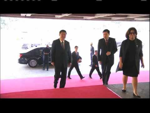 WATCH: After awkward red carpet walk, PNoy, Xi chat during APEC's final day
