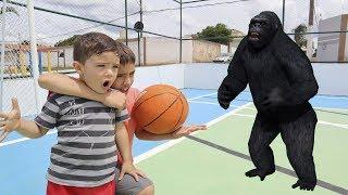 Encontramos um Gorila Gigante na quadra e agora? História Engraçada