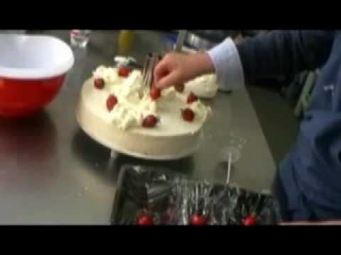 Weddingcake Hochzeitstorte Sahnerosen Buttercremerosen Erdbeeren