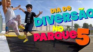 Pula Pula e Escorregador do Parquinho Infantil em Dia de Diversão