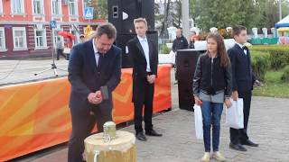 Александр Пахолков и Наталья Суркова отчеканили памятные монеты и вручили их юным кинешемцам