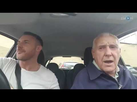 Zoon en demente vader zingen samen in de auto