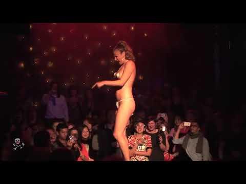 Эротический стриптиз видео фокус с красным платком