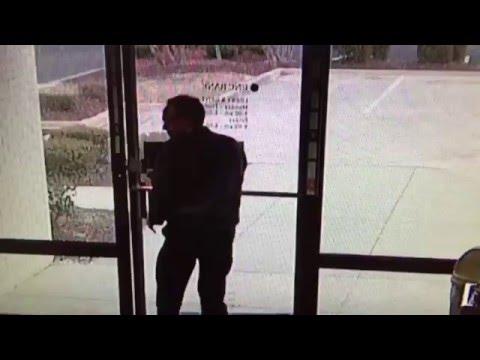 Un hombre impidió el robo de un banco al cerrarle la puerta en la cara al ladrón
