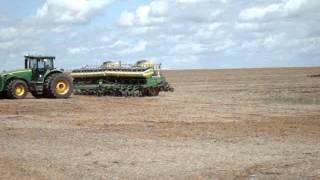 Três Tratores John Deere Plantando sem Operador