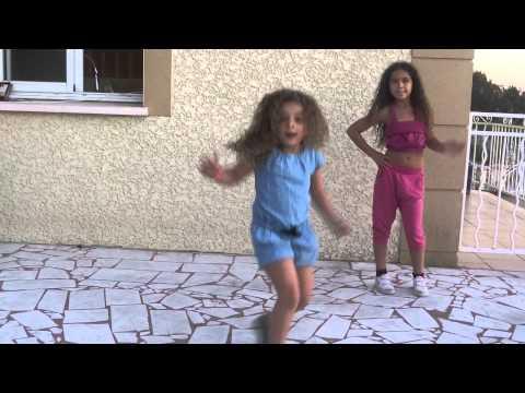 Une petite Indienne danse mieux que les professionnels de