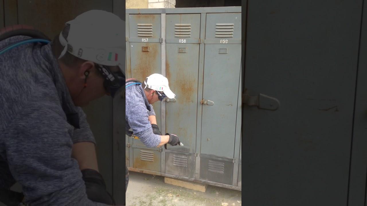 Renovation par aerogommage sur vestiaire industriel - YouTube