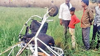 MP: Pilot and rider of a powered paraglider die after crash landing in a farm
