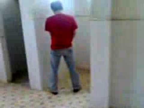 Hoàng Anh đi Toalet