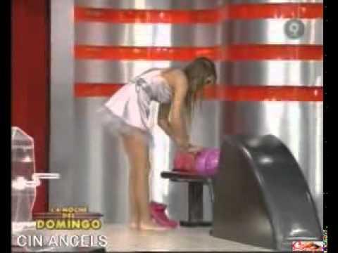 Cinthia Fernández jugando al bowling