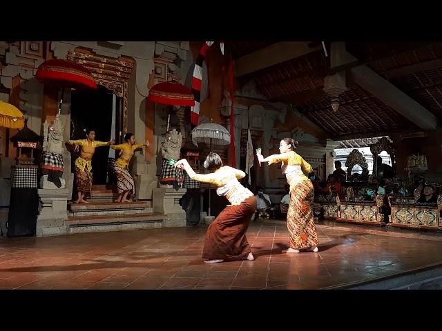 Syandria Kameron Menari Legong Lasem Peliatan bersama Teman2nya yang diiringi  oleh Gong Tirtasari