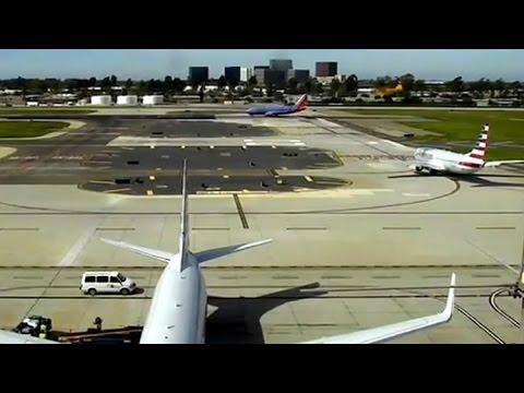 Harrison Ford sobrevuela un avión para evitar chocar contra él al equivocarse de pista de aterrizaje