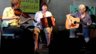 """""""Lâche Pas"""" performing """"La Robe Barré"""""""