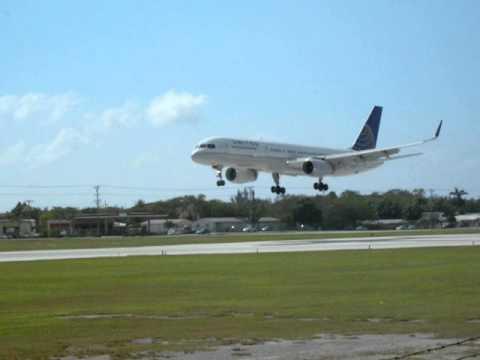 Plane spotting Cayman Islands United 757 landing!