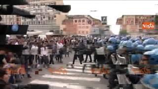 BOLOGNA MANIFESTANTI CON LE MANI ALZATE, LA POLIZIA LI CARICA