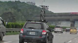 真怕他的腳踏車掉下來!!