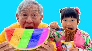 할아버지! 수박 다 먹으면 어떡해요!! 유니 할아버지 수박 먹기 색깔 수박 만들기 놀이 Watermelon Pororo black noodle - Romiyu Story