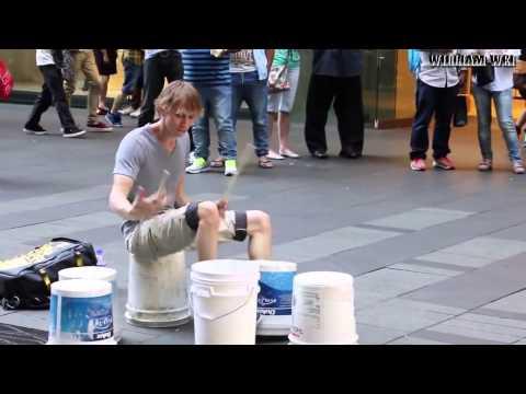 Круто. Уличный барабанщик, нереально быстро играет на  ведрах.