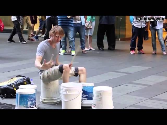 Виртуозы на улицах: как вам этот барабанщик?