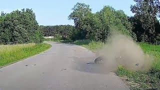 Motocyklista wypada z drogi na zakręcie ▪ polskiedrogiPLUS