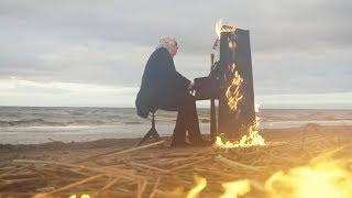 Рукописи не горят, а фортепьяно: пианист сыграл на горящем пианино
