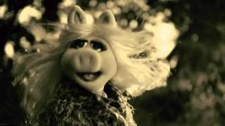 """Hello, It's Miss Piggy! Adele's """"Hello"""" Gets The Muppets Treatment In Hilarious Promo During AMAs"""