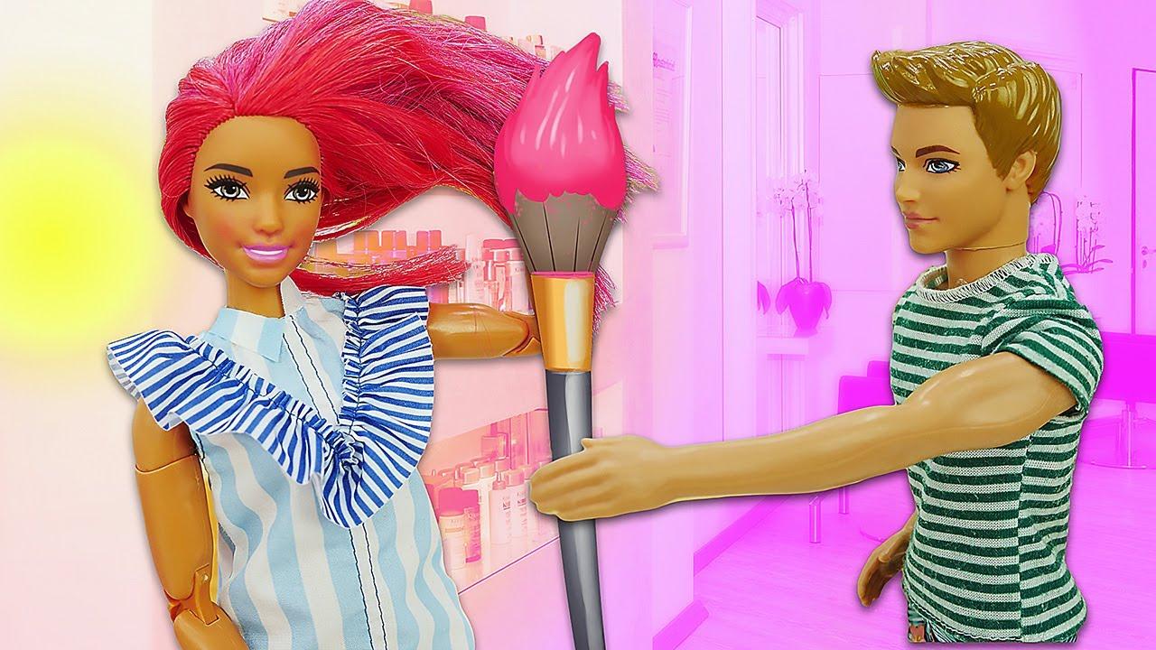 Ken tiñe el pelo de la muñeca Teresa. Muñecas Barbie. Vídeos para niñas
