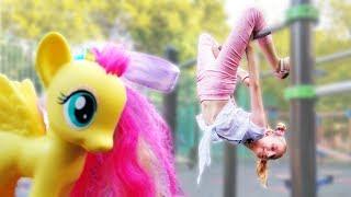 Игры для девочек - Рарити и Флаттершай на детской площадке