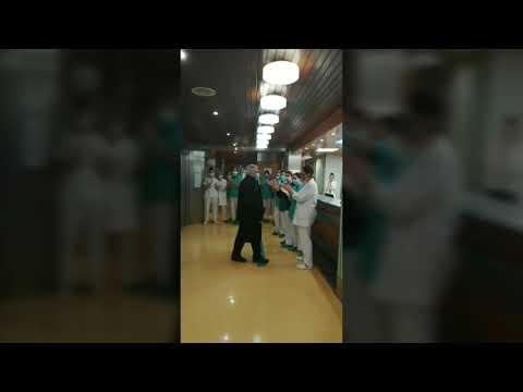 Aplausos para dos pacientes dados de alta en el Hospital Quirónsalud Miguel Domínguez de Pontevedra