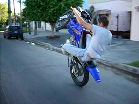 colgando la moto haciendo willy funnycat tv