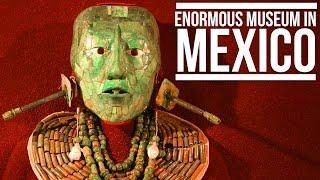 太陽の光に囲まれた頭蓋骨がモチーフ。メキシコ・テオティワカンのピラミッドから発見された「死のディスク」