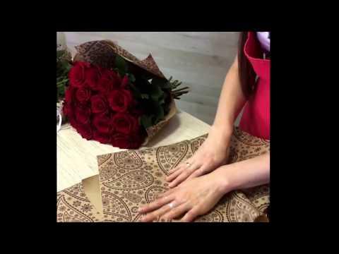 Букет красных роз в крафт бумаге