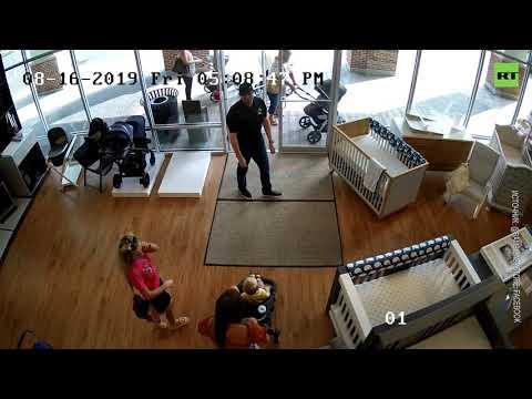 В США женщина украла детскую коляску и забыла в магазине ребёнка — видео с камеры наблюдения