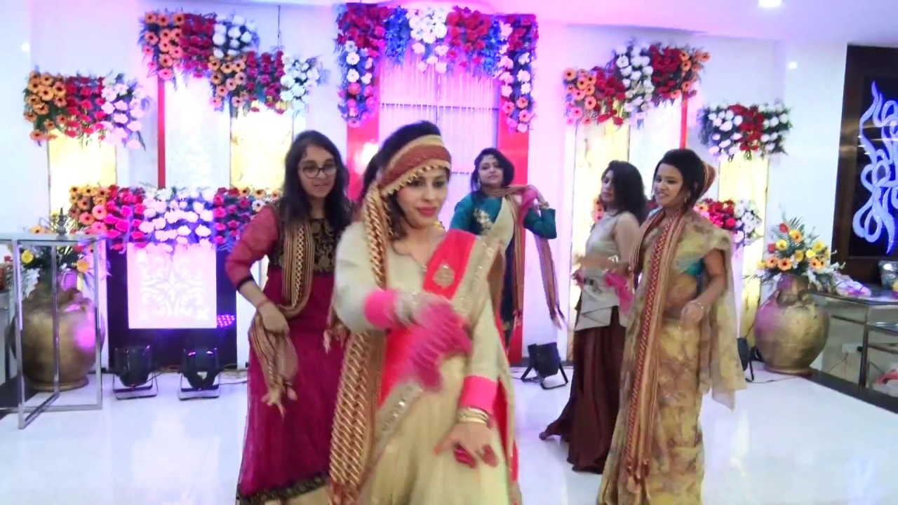 girls group dance performance in indian wedding on bollywood songs
