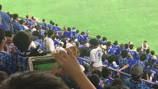 ブーイングしてる横浜ファンと笑顔のビールの売り子さんのアンバランス...