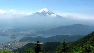 山梨県芦川村にある新道峠は、富士山と河口湖を眺めることが出来る景勝...