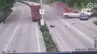 Big truck crashes into tow truck Call another tow truck