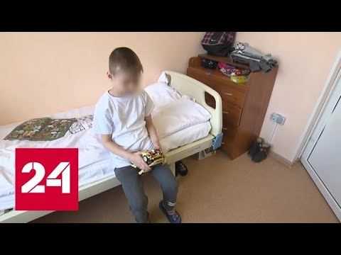 Детей, оставленных отцом в Шереметьеве, передали родной матери - Россия 24