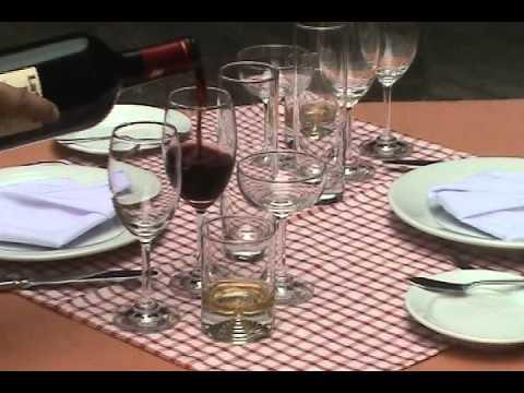 rót rượu TRƯỜNG NGHIỆP VỤ NHÀ HÀNG TP.avi