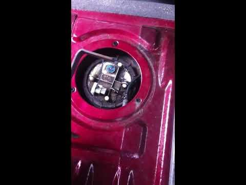 Снять крышку бензобака Рено кенго 2007 1.4 бензин 1