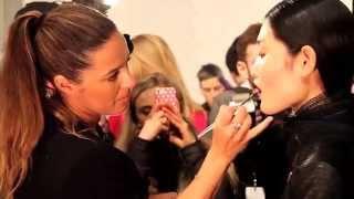 Как правильно красить губы: видео от визажиста Clinique(Как правильно накрасить губы матовой темной помадой: видео с мастер-классом от визажиста M.A.C.., 2014-04-24T14:10:00.000Z)
