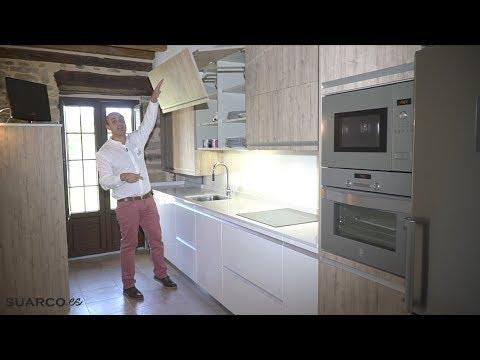 Cocina moderna blanca con madera en casa rustica sin - Tiradores de cocina modernos ...