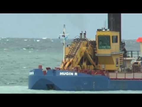 Volvo dump truck dumps of stone, Komatsun digs into the sea, the construction of the cruise ship qua