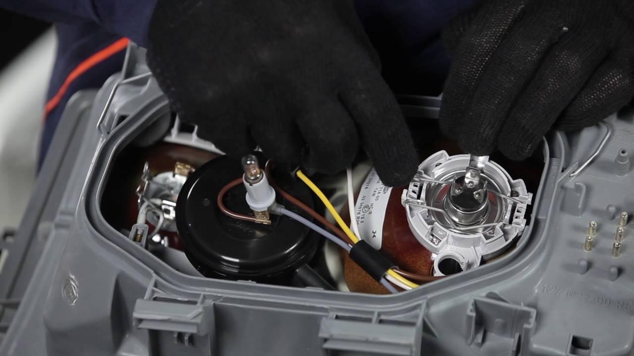 Hoe Een Koplamp Vervangen Op Een Mercedes Benz 190 W201