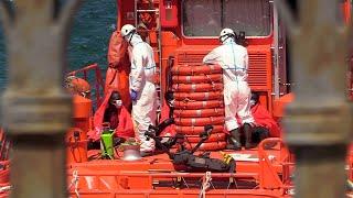 Salvamento Marítimo rescata a cinco inmigrantes subsaharianos en el mar YouTube Videos