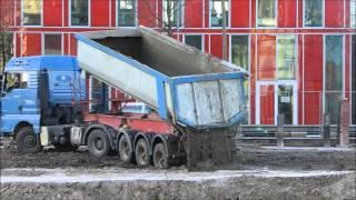 LKW und viel Schlamm auf der Großbaustelle