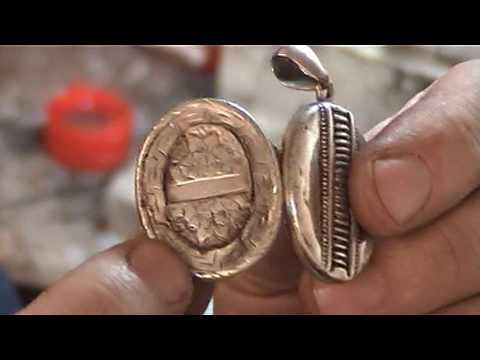 goldsmith at work repairing jewellery video 4