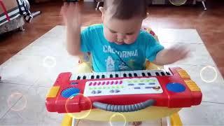 Смотреть Таир Мамедов учиться играть онлайн